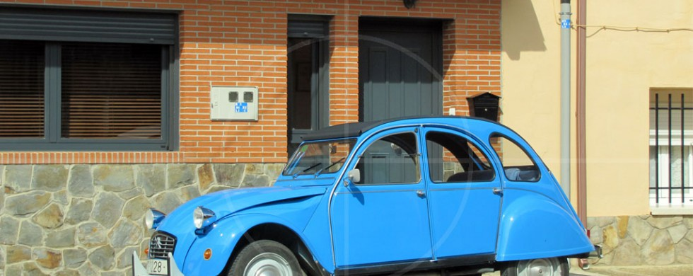 Citroen 2CV Azul como el cielo | Drive-by Snapshots by Sebastian Motsch (2013)